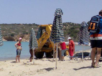 klaarzetten strandstoelen in Istro