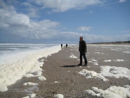 schuim op het strand van Ameland