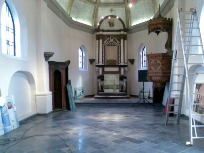Opbouw tentoonstelling An V. in Kerkje van Laak