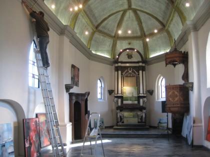 Opbouw tentoonstelling An V. in Kerkje van Laak, Houthalen