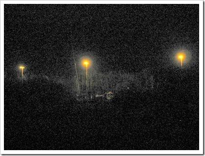 (slechte :-) nachtfoto van de bouw van de geluidsmuur