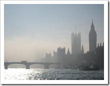 Londen, zon breekt door de ochtendmist