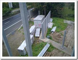 aanbouw geluidsmuur rond electriciteitscabine