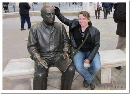 Picasso standbeeld op Plaza de la Merced, Malaga, wordt over zijn bolleke geaaid door AnV. ;-)