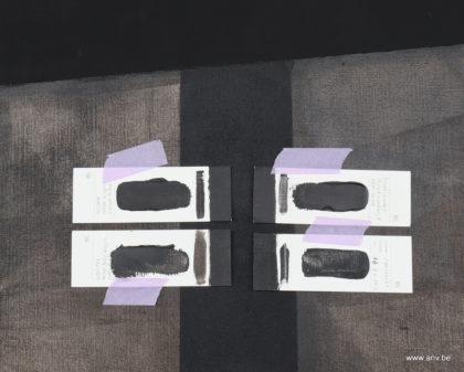 glanzend zwarte staalkaartjes op schilderij van AnV